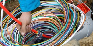 """Deutsche Glasfaser legt pure, kupferfreie Glasfaser bis in jede Wohnung. Vom lokalen """"POP"""" (Point of Presence) wird jede Wohnung und jedes Büro mit gesonderten Fasern versorgt. Die farbige Ummantelung erleichtert die Orientierung bei der Verlegung. (Quelle: Deutsche Glasfaser / Foto: Martin Wissen)"""