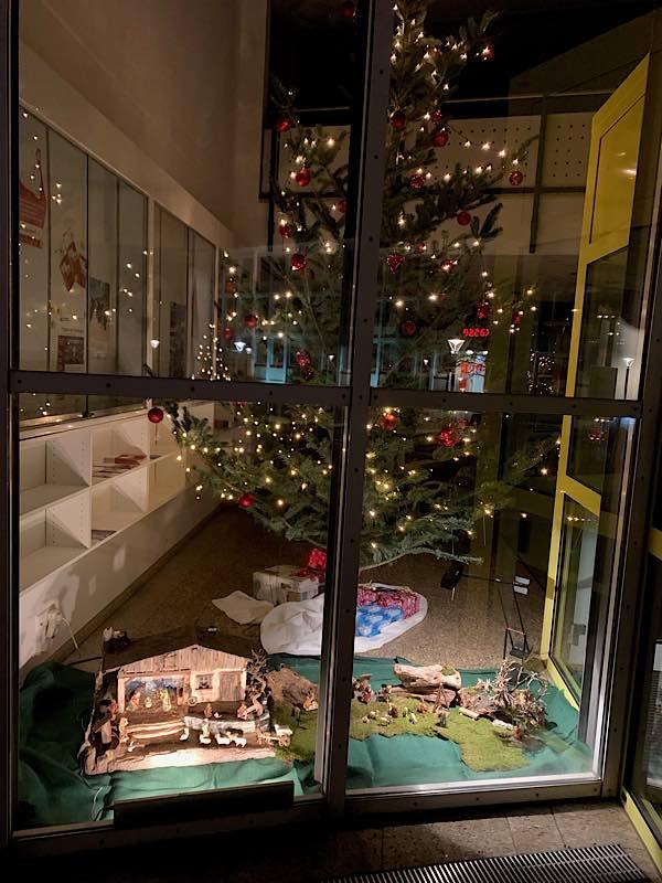 Der Weihnachtsbaum in der Verbandsgemeindeverwaltung (Foto: VGV Annweiler)