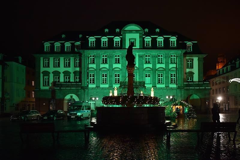 Die Stadt Heidelberg beteiligte sich am 12. Dezember 2020 anlässlich des fünften Jahrestages des Weltklimagipfels in Paris an der Aktion, bei der an diesem Tag weltweit Rathäuser grün beleuchtet wurden. (Foto:Peter Dorn)
