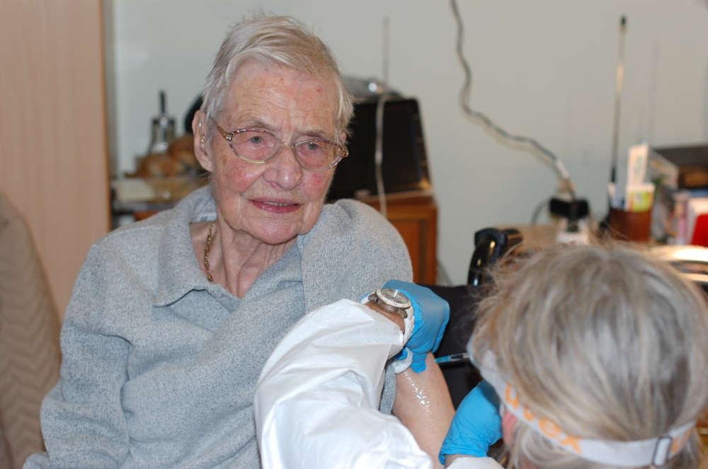 Die Schwetzingerin Ruth Frühauf wurde im GRN-Seniorenzentrum von einer Mitarbeiterin des Mobilen Impfteams geimpft (Foto: Landratsamt Rhein-Neckar-Kreis/GRN)
