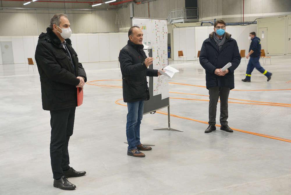 v.l.: Landrat Dietmar Seefeldt (SÜW), Landrat Dr. Fritz Brechtel (GER) und Oberbürgermeister Thomas Hirsch (LD) im gemeinsamen Landes-Impfzentrum Südpfalz in Wörth. (Foto: Kreisverwaltung Germersheim)