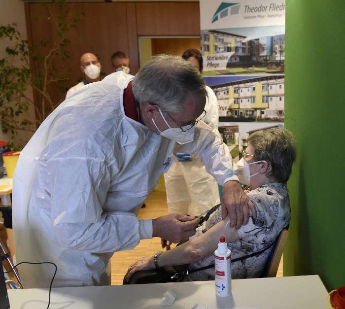Der erste Impfling (Foto: Stadt Mannheim/Thomas Tröster)