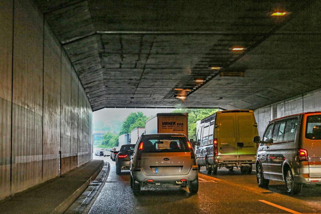 Fahrzeuge im Edeltrudtunnel Karlsruhe (Foto: Klaus Eppele)