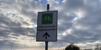 Wer mit dem Fahrrad zum Zentralen Impfzentrum (ZIZ) auf dem Gelände des Patrick-Henry-Village möchte, kann nun der Radweg-Ausschilderung folgen. (Foto:Akt zwei GmbH)