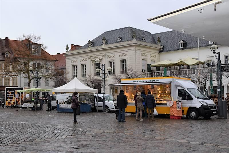 Auf dem Landauer Wochenmarkt – hier die Winter-Ausgabe auf dem Rathausplatz – gilt ab sofort die erweiterte Maskenpflicht wie in Geschäften und im ÖPNV. (Quelle: Stadt Landau)