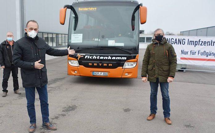 v.l.: Busfahrer Günter Bügel, Landrat Dr. Fritz Brechtel sowie den Inhaber des gleichnamigen Busunternehmens, Tobias Fichtenkamm. (Foto: Kreisverwaltung Germersheim)