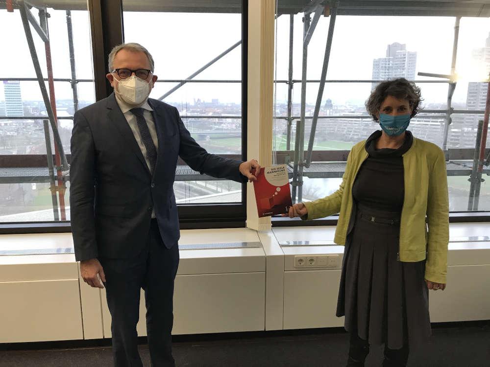 Oberbürgermeister Dr. Peter Kurz begrüßt die neue Bürgermeisterin Prof. Dr. Diana Pretzell. (Foto: Stadt Mannheim)