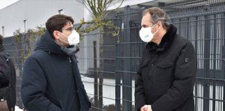 OB Thomas Hirsch (l.) und Landrat Dietmar Seefeldt rufen Beschäftigte an Schulen und in Betreuungseinrichtungen dazu auf, kostenlose Testmöglichkeiten zu nutzen. (Quelle: Stadt Landau)