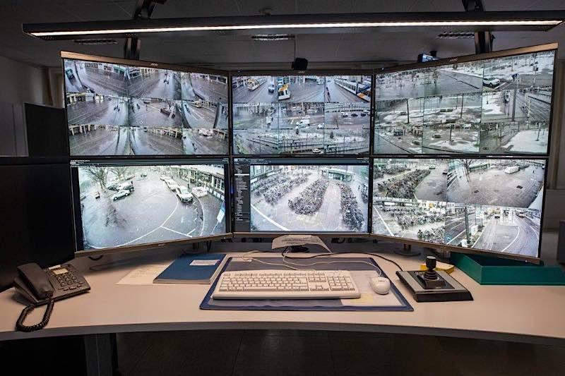 Im Polizeipräsidium Mannheim kann das Geschehen am Heidelberger Hauptbahnhof per Monitorwand beobachtet werden. (Foto: Polizeipräsidium Mannheim)