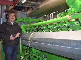 Projektleiter Manfred Lentz bei der Zündspannungskontrolle an den Zündkerzen des neuen BHKW II in der Heizzentrale Landau Süd. (Quelle: EnergieSüdwest)