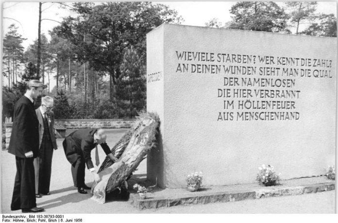 Zentralbild Hö.-Po. 6.6.1956 Coventry-Delegation ehrte Opfer von Dresden Auf dem Heidefriedhof in Dresden ehrte die zur 750-Jahrfeier in Dresden weilende Städtevertretung aus Coventry (England) die Opfer des Terrorangriffes auf Dresden vom 13. Februar 1945. UBz: Die Delegation bei der Kranzniederlegung.