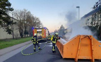 Brennender Sperrmüll in einer Absetzmuide (Foto: Feuerwehr Haßloch)
