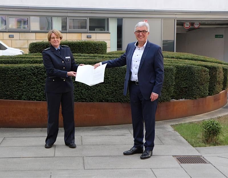 Innenminister Roger Lewentz übergibt die Ernennungsurkunde an Polizeidirektorin Anja Rakowski (Foto: MdI RLP)