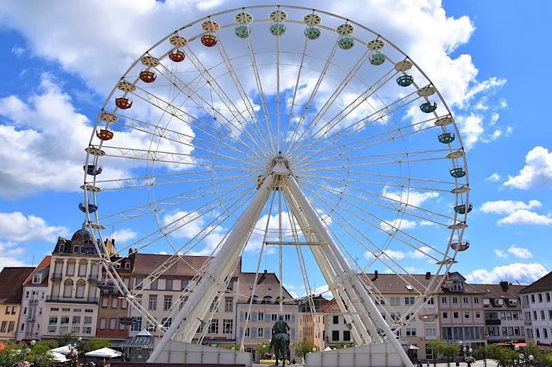 """2020 erfreute ein Riesenrad auf dem Rathausplatz die Landauerinnen und Landauer – für 2021 werden ebenfalls Alternativen zu den """"klassischen"""" Veranstaltungen gesucht. (Quelle: Stadt Landau)"""