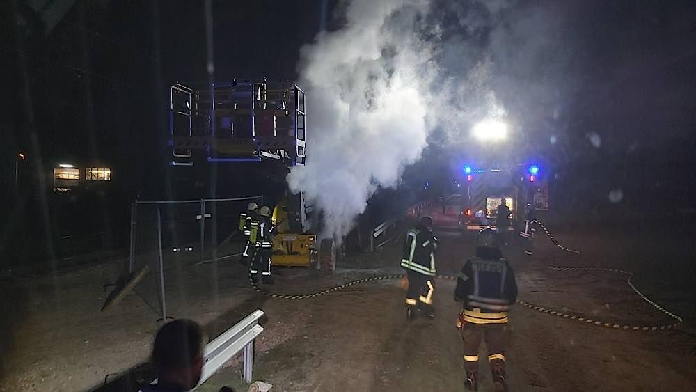 Brennende Hubarbeitsbühne (Foto: Feuerwehr Haßloch)