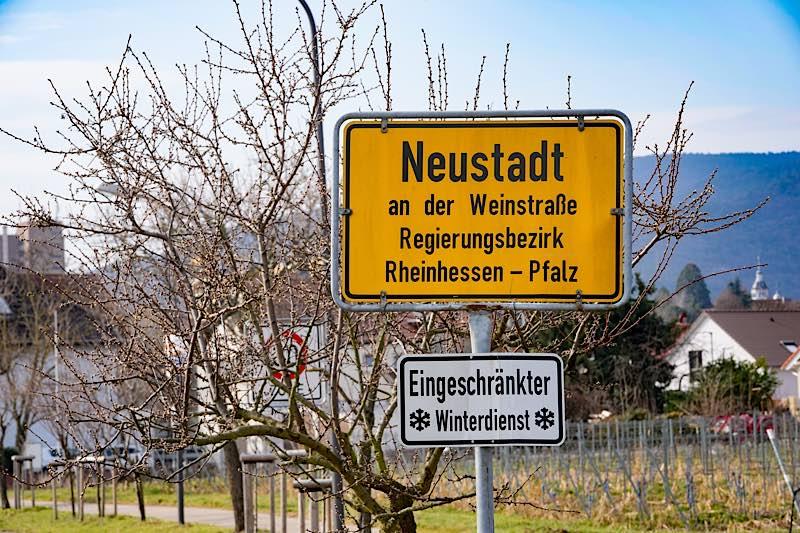 Ortseingangsschild in der Gimmeldinger Straße (Foto: Holger Knecht)