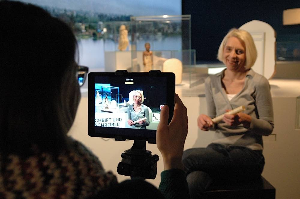 Ägyptologin Dr. Gabriele Pieke beim Video-Dreh © rem gGmbH Stiftungsmuseen, Foto: Tobias Mittag
