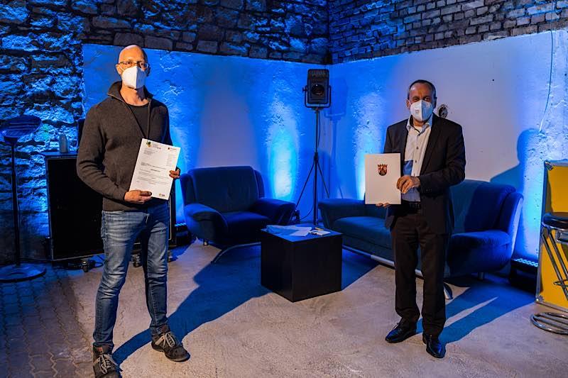 Andreas Eigenberger von Südwest Sound empfängt den Förderbescheid von Kulturminister Konrad Wolf (v.l.) (Foto: Südwest Sound)