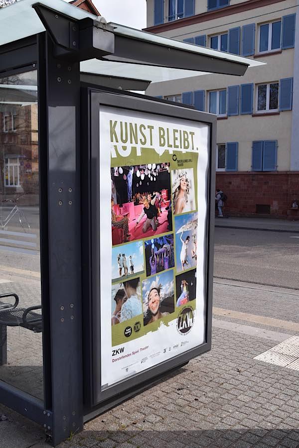 """Im Rahmen der Aktion """"Kunst bleibt."""" wurden 60 Plakate mit Motiven regionaler Künstlerinnen und Künstler im Landauer Stadtgebiet aufgehängt. (Foto: Stadt Landau)"""