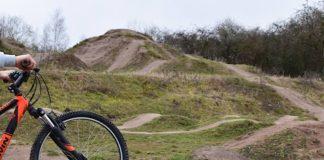 Nachdem die Ehrenamtlichen des Vereins Pfalzbiker auf der Dirtbike-Anlage gewirkt haben, steht dem Fahrspaß dort jetzt nichts mehr im Wege. (Quelle: Stadt Landau)