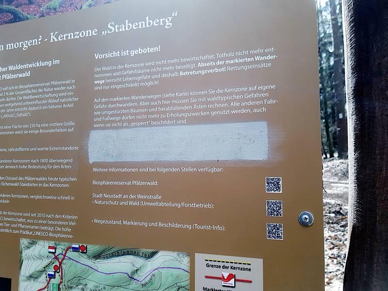 Das Schild wurde mit Farbe überstrichen (Foto: Stadtverwaltung Neustadt)