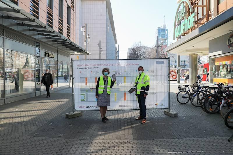 Bürgermeisterin Prof. Dr. Diana Pretzell und Florian Pavel, Geschäftsführer der MVV Netze GmbH, entfernen die ersten beiden Pflastersteine des bestehenden Pflasterbelags. (Foto: Stadt Mannheim)