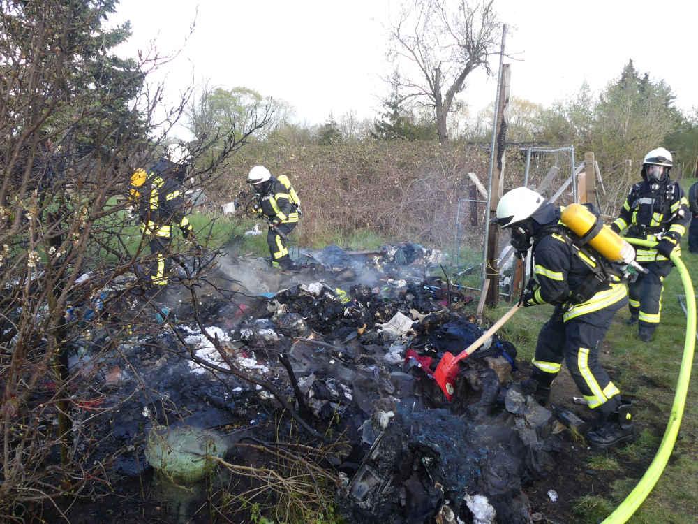 Abfall und Unrat brannten (Foto: Feuerwehr Neustadt)