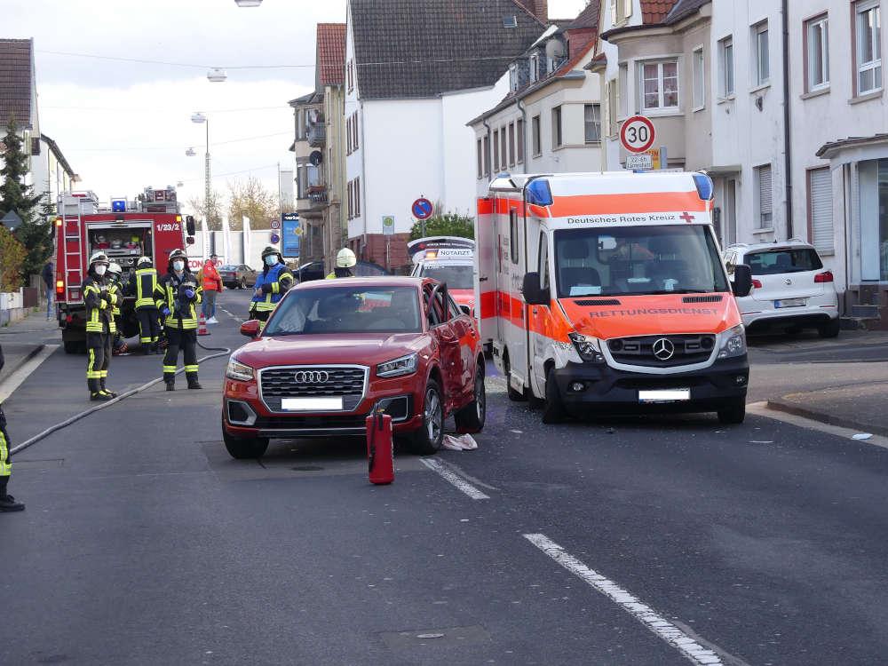 Verkehrsunfall zwischen einem Audi und einem Rettungswagen (Foto: Feuerwehr Neustadt)