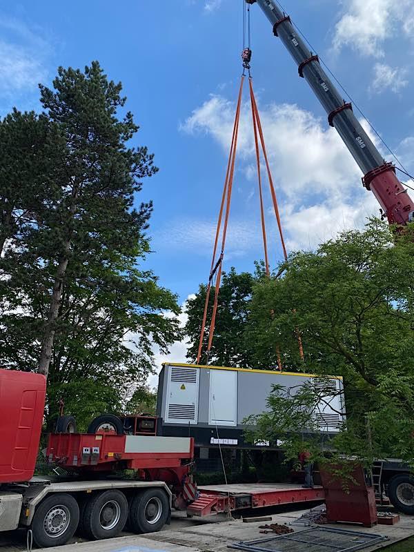 Maßarbeit: Ein Kran hob den Betonbau in einem Stück auf seinen künftigen Platz. (Foto: Luisenpark)