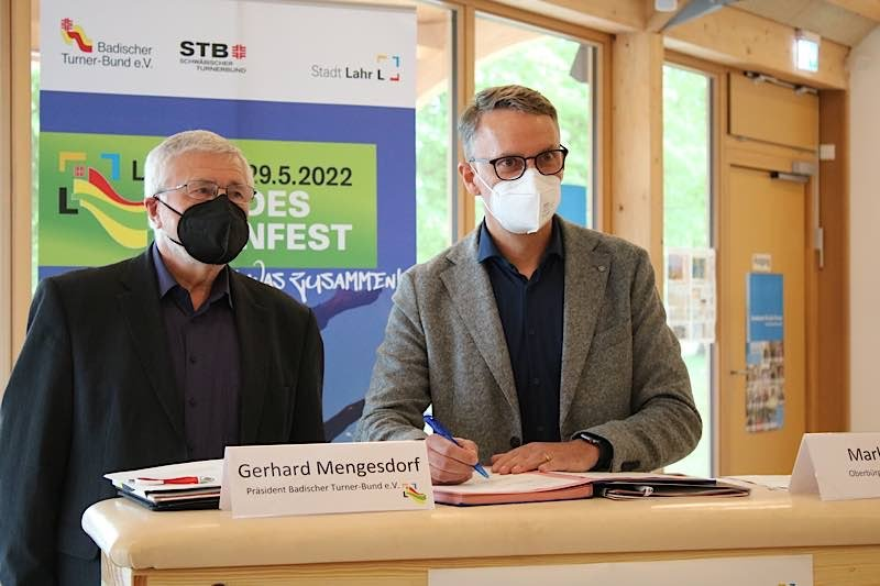 Gerhard Mengesdorf, Präsident des Badischen Turner-Bundes, und Markus Ibert, Oberbürgermeister der Stadt Lahr, besiegeln mit der Unterzeichnung des Ausrichtervertrages die gemeinsame Durchführung des Landesturnfests Lahr 2022. (Foto: Badischer Turner-Bund)