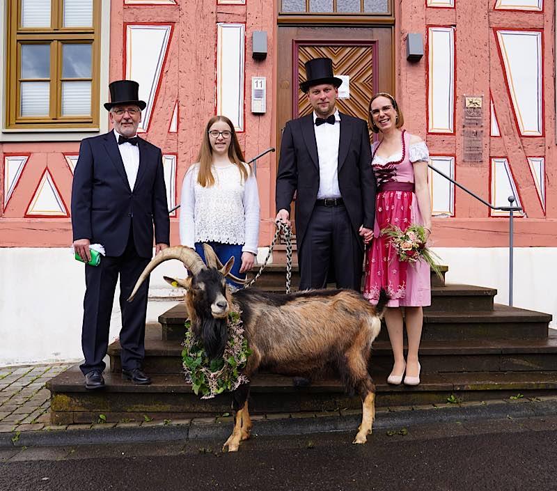 Tributbock Fritz Jüngstes Brautpaar Anton Carola Theimer (Foto: Holger Knecht)