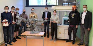 Das kann sich sehen lassen: Die Mitglieder der 3D-Drucker-AG der Konrad-Adenauer-Realschule stellen Schuldezernent Dr. Maximilian Ingenthron (Mitte) und Schulleiter Manfred Schabowski (rechts) das Ergebnis ihres AG-Projekts vor. (Quelle: Stadt Landau)