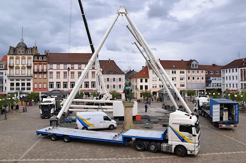 Der Aufbau des Riesenrads auf dem Landauer Rathausplatz ist in vollem Gange. (Quelle: Stadt Landau)