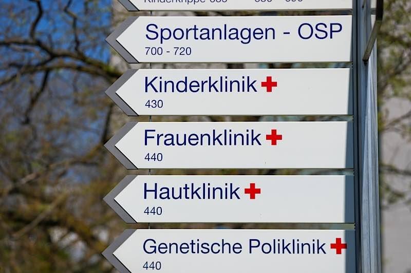 Wegweiser Uniklinik Heidelberg (Foto: Holger Knecht)