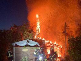 Brand eines Gartenhauses (Foto: Feuerwehr Haßloch)