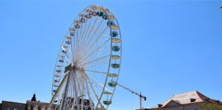 Das Riesenrad auf dem Landauer Rathausplatz dreht noch bis 15. August seine Runden. (Quelle: Stadt Landau)