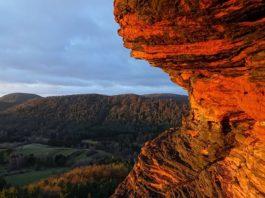 Beindruckend: das Felsmassiv der Geiersteine bei Lug, hier im Sonnenaufgang (Foto: Biosphärenreservat/Yannick Baumann)