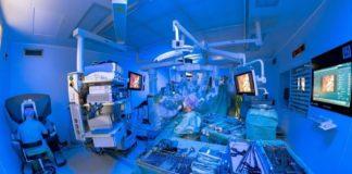 """Operieren mit dem """"DaVinci""""-Roboter: Der Chirurg sitzt an einer Konsole (links im Bild) und steuert von dort aus die Roboterarme millimetergenau. (Quelle: Universitätsklinikum Heidelberg)"""