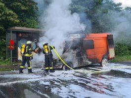 Transporter in Vollbrand (Foto: Presseteam der Feuerwehr VG Lambrecht)