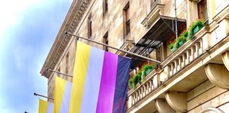 Nonbinary Pride Flaggen am Rathaus (Quelle: Stadt Mannheim/Foto: Sören Landmann)