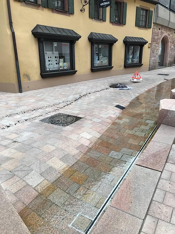Die durch das Öl entstandenen Flecken konnten noch nicht endgültig beseitigt werden. (Foto: Stadtverwaltung Neustadt)