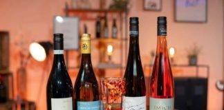Das Weinpaket wird für 29,90 Euro (zzgl. Versand) online oder zum Abholen im BASF-Weinkeller angeboten. Da der Weinkeller in diesem Jahr sein 120-jähriges Jubiläum feiert, gibt es ein Jubiläums-Schoppenglas als Geschenk zum Weinpaket dazu. (Foto: BASF SE)