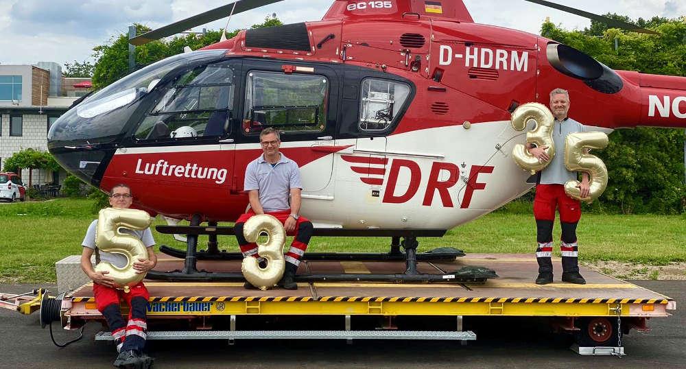 Freude beim Leitungsteam der Station Mannheim, von links nach rechts: Thomas Sperber (Leitender Notfallsanitäter), Martin Beitzel (Stationsleiter und Pilot), Marcus Rudolph (Leitender Hubschrauberarzt) (Quelle: DRF Luftrettung)