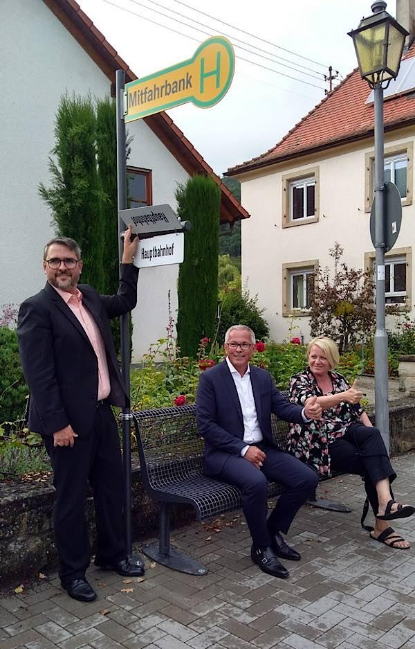 Elf neue Mitfahrerbänke warten in den Weindörfern auf Kundschaft. (Foto: Stadtverwaltung Neustadt)