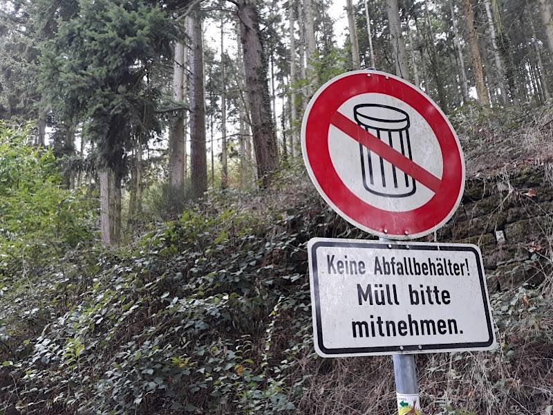 Abfall bitte mitnehmen (Foto: Landesforsten RLP/Lechnig)