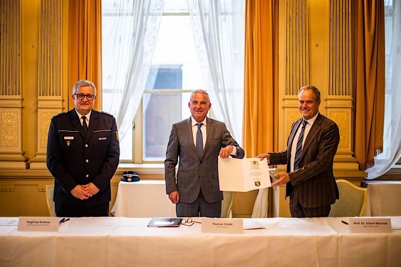 Von links: Polizeipräsident Siegfried Kollmar, Innenminister Thomas Strobl und Oberbürgermeister Prof. Dr. Eckart Würzner bei der Unterzeichnung der Sicherheitspartnerschaft in Heidelberg. (Foto:Tobias Dittmer)