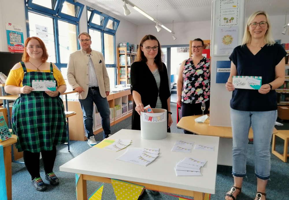 Ines Riedlinger, Tobias Meyer, Susanne Schlegel, Judith Höring und Martina Hasselwander (v.l.n.r.), die diesmal die Lesesommer-Gewinner ermittelt haben. (Foto: Gemeindeverwaltung Haßloch)